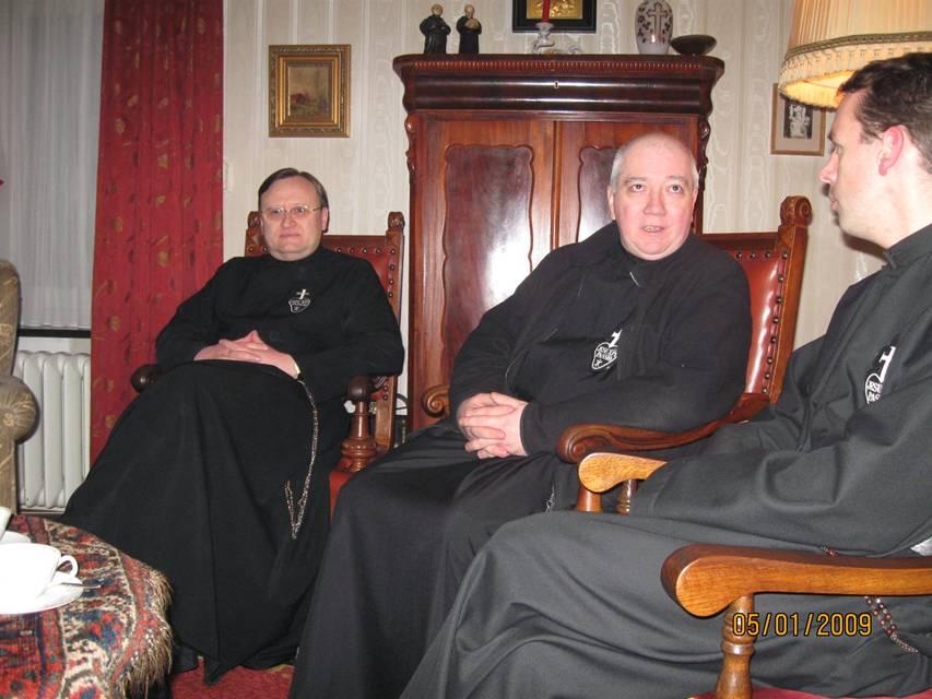 links Pater Gregor, midden Pater Paul-Francis