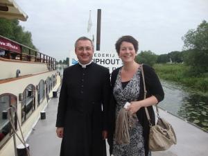 Sabine Gerardts-van Rens en pastoor H.Broers